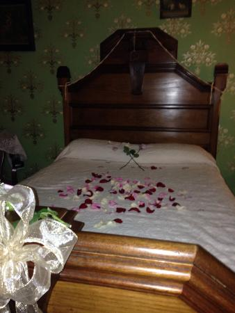Fallon Hotel: Rose petals on bed