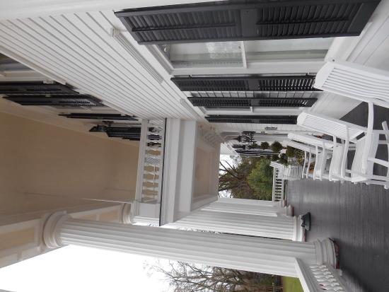 The Twelve Oaks Bed & Breakfast: Massive porch