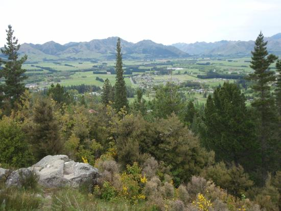 Hanmer Springs Top 10 Holiday Park : View from top of lookout track at the top of town