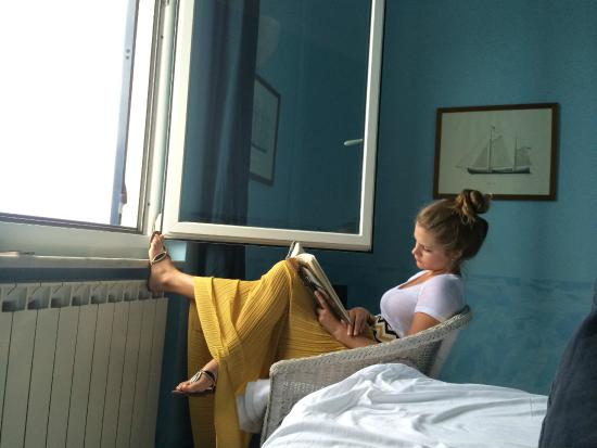 La Bouganville B&B: Wife reading a book, listening to the waves