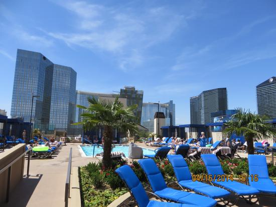 Polo Towers Suites: Roof top pool from hotel entrance