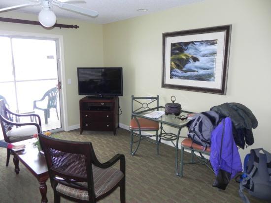 Holiday Inn Club Vacations at Lake Geneva Resort: Table and Flat screen TV