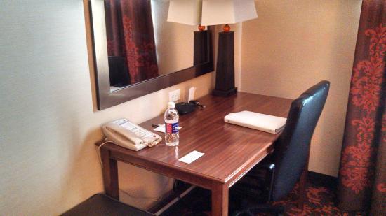 Hampton Inn by Hilton Edmonton/South: Desk