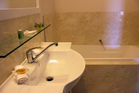 Foothills Conference Centre Executive Room En-suite Bathroom