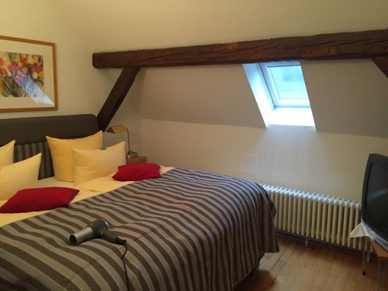 Hotel Goldener Falke: Suite bed