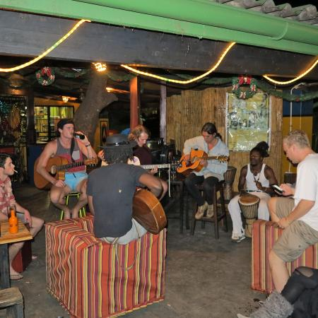 Shoestrings Backpackers Lodge : Great music vibe with musicians getting together to jam