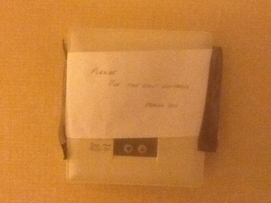 DoubleTree by Hilton Hotel Livermore: Hand-written note on thermostat. Classy and professional.