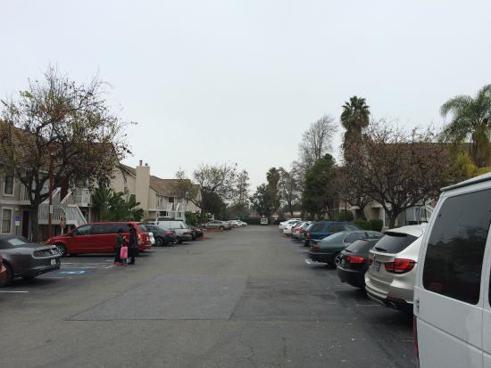 Residence Inn Sunnyvale Silicon Valley II : Otelin apart odaları arasında ki yol