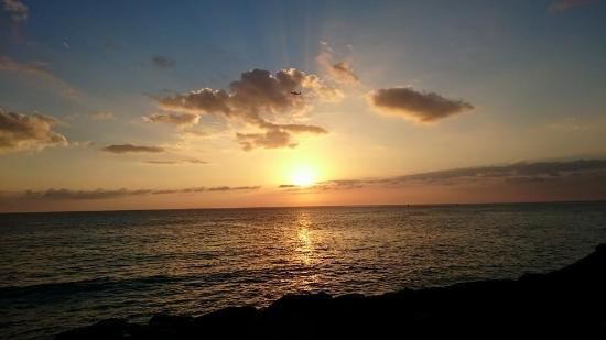 Kaka'ako Waterfront Park (Point Panic Beach Park): Beautiful sunset