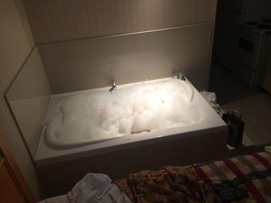 Pinnacle Hotel Whistler: Tub - double - in room!!