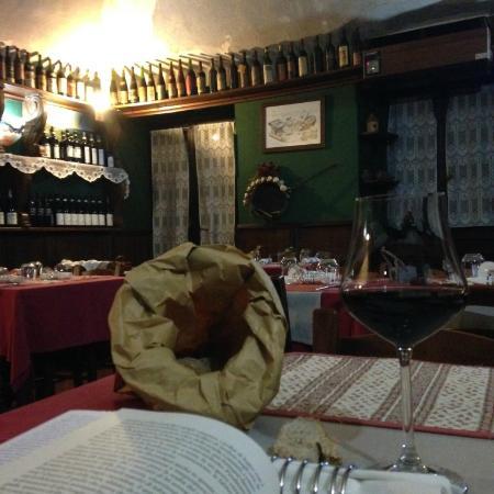 Osteria Vineria Vecchio Camino: pane caldo e vino locale
