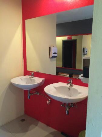 Aonang 88 Hostel: sinks