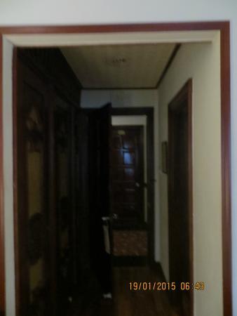 Royal Hotel Saigon ( Kimdo Hotel): Темная узкая прихожая