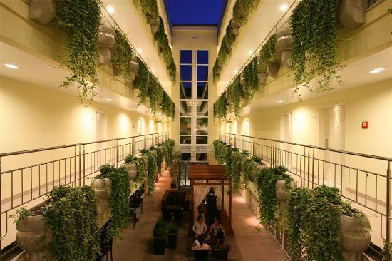 Atrium Residence Baska: Atrium