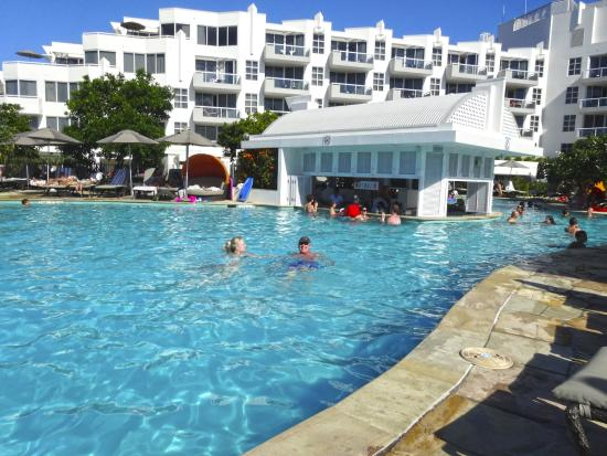 The pool swim up bar picture of sofitel noosa pacific for Pool show qld