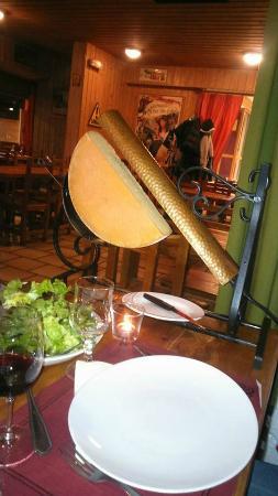 La Zizanie: Demi-tome de fromage à Raclette sur son appareil !