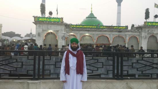 Badshahi Mosque: Data Sahib
