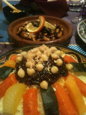 Al-Medina: Cous cous con verduras y legumbres y al fondo Tajine de Cordero a la miel