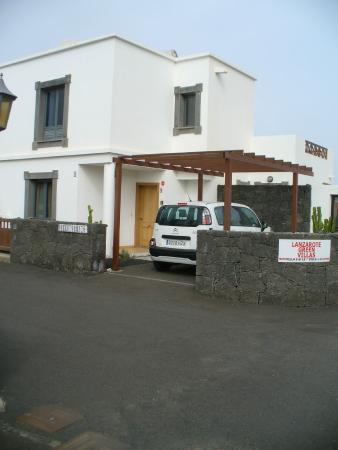 Lanzarote Green Villas: very narrow entry to private parking space