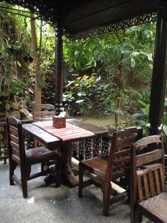 Bungalows Guesthouse : Tables extérieures