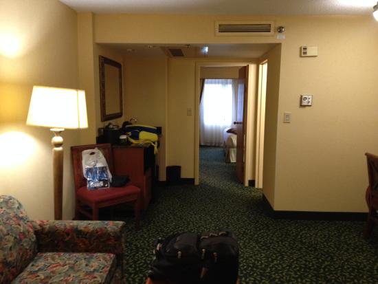 Embassy Suites by Hilton Greenville Golf Resort & Conference Center: View of bar/fridge/micro toward bedroom