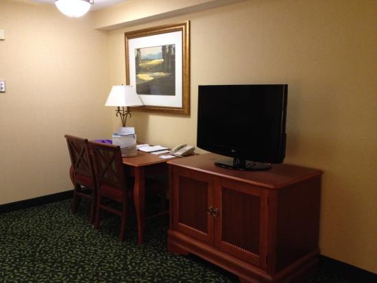 Embassy Suites by Hilton Greenville Golf Resort & Conference Center: Desk/TV in living room