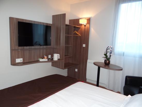Chambre confort avec tv cran plat photo de dieppe brit hotel touvotel d - Comment cacher une television ...