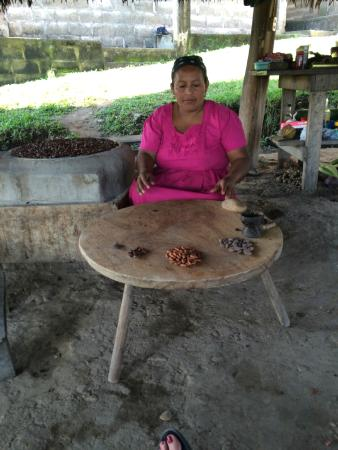 Agouti Cacao Farm: Adalia explaining the types of cacao beans.