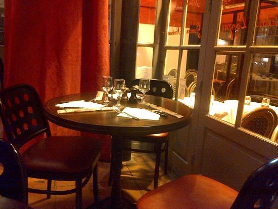 Pizza Roma: Une jolie table près de la terrasse