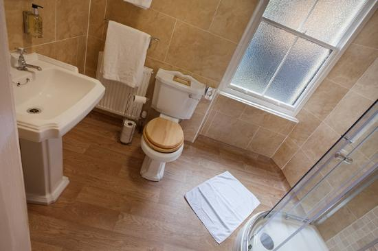 Lynton Cottage Seaview Apartments: The Orangery Suite family bathroom