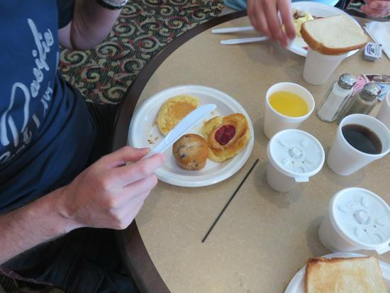 """Clarion Inn & Suites: Petit déjeuner """"Tricatel"""""""