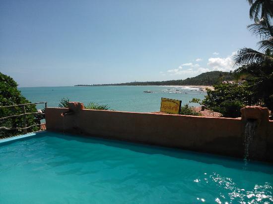 Vila de Taipa: Vista da piscina da pousada
