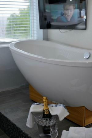 The Arches: Brown Room Bath