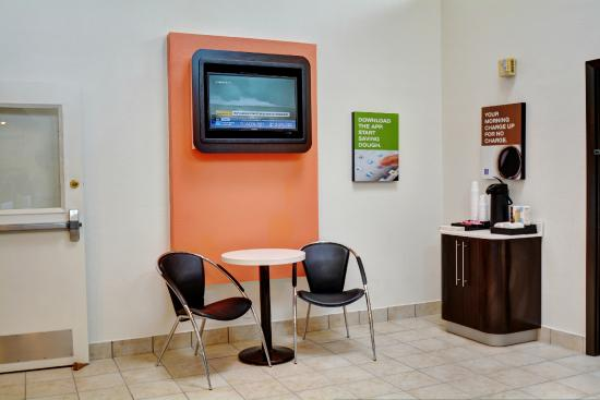 Motel 6 Newport: Lobby