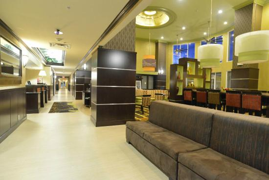 Hampton Inn and Suites Lake City: Lobby Entrance