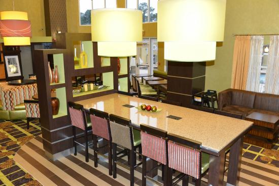 Hampton Inn and Suites Lake City: Lobby Community Table