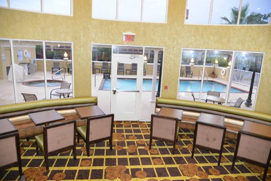 Hampton Inn and Suites Lake City: Breakfast Seating
