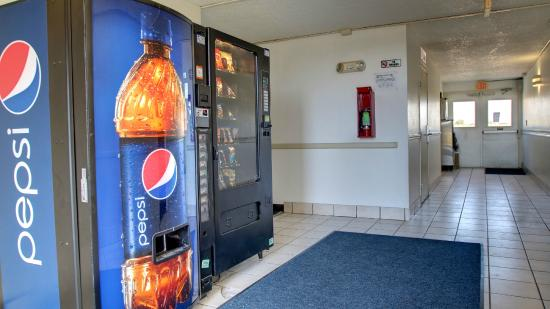 Motel 6 Shawnee: Vending