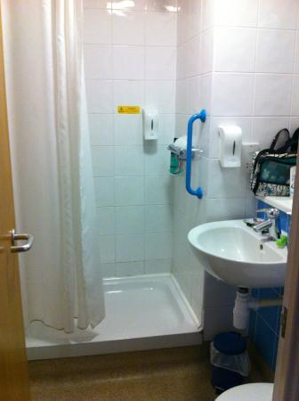 Travelodge Ashton Under Lyne: Bathroom