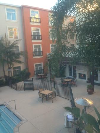 Embassy Suites by Hilton Valencia: Courtyard Pool Area