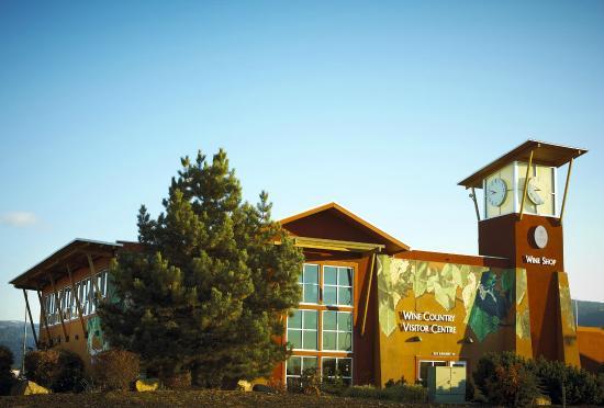 BC Wine Information Centre: Lots of parking,corner Hwy 97 & Eckhardt Ave