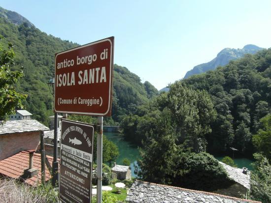 Isola Santa Lake: Cartel junto al ingreso sobre la ruta
