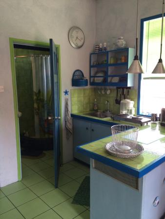 Emville Guesthouse: Offene Küche