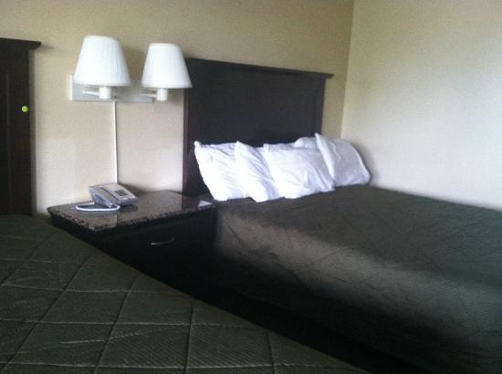 Highway Inn Chula Vista: New bedspread and furniture!