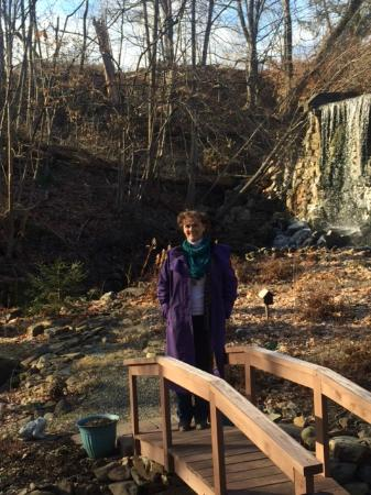 Glenwood, Nueva Jersey: Maureen outside by waterfalls