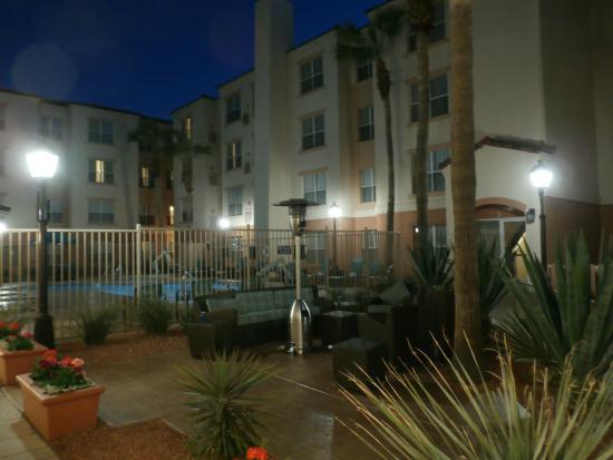 Residence Inn Phoenix Airport: Courtyard