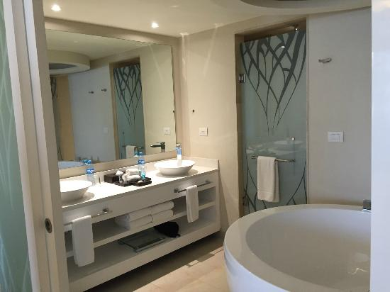 Serious settling picture of royalton riviera cancun for Riviera bathrooms