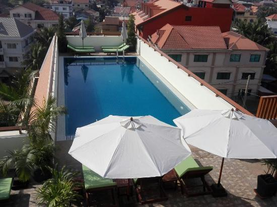 Cheathata Angkor Hotel: The top roof swimming pool