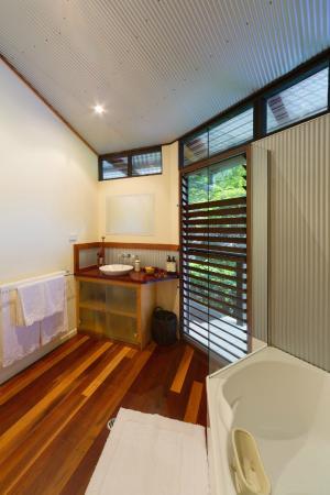 Coolum Beach, Australia: The Resort Room Ensuite Bathroom
