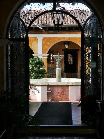 Bar y Restaurante El Arco: Blick in den Innenhof am Tage